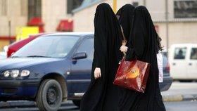 Poštovní schránky nebo bankovní lupiči. Tak podle britského ministra zahraničí Borise Johnsona vypadají ženy v burkách.