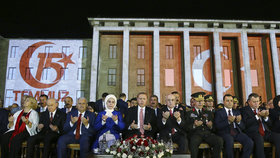 Turecko si připomnělo rok od nezdařeného puče. Prezident Erdogan byl za hvězdu.