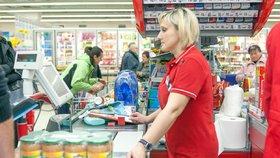 Minimální nástupní plat na nejnižší pozici asistenta prodeje Kauflandu na plný úvazek stoupne od června na 24.000 Kč, v Praze pak na 26.000 Kč (ilustrační foto).  .
