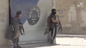 Bojovníci Islámského státu ve městě Rakka