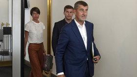 Předseda ANO Andrej Babiš (vpravo) dorazil 25. července v Praze do Poslanecké sněmovny na schůzi vyšetřovací komise k únikům informací z vyšetřovacích spisů.
