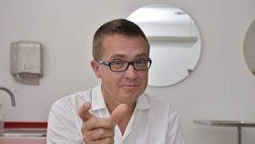 Podle předsedy České stomatologické komory Romana Šmuclera jsou příspěvky pojišťoven na péči zhruba poloviční ve srovnání se situací z devadesátých let