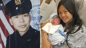 Wenjian Liu (†32) byl zastřelen ve službě. Manželka mu dva roky nato porodila dcerku.
