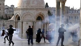 Tisíce muslimů se nahrnuly k modlitbám k mešitě Al-Aksá, došlo i na střety s izraelskými bezpečnostními jednotkami.