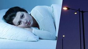 Lampy mohou nepříjemně rušit náš spánek.