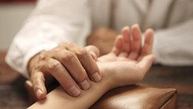 Akupunktura roste na oblibě. Rizika u ní existují, ale jsou spíše výjimečná.
