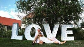 Nej momentky ze svatby Babišových: Velký nápis Láska dokresloval atmosféru.