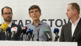 Dalibor Dědek (uprostřed) na tiskové konferenci spolu s Petrem Gazdíkem (vpravo) a Janem Farským