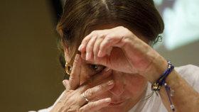 Manželka s dcerou pláčou pro bývalého starostu Caracasu Antonia Ledezmu, kterého zadržela venezuelská tajná služba.