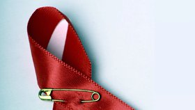 Červená mašlička je mezinárodním symbolem pro nemoc AIDS a vir HIV.