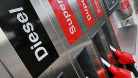 Pohonné hmoty u čerpacích stanic v Česku dál prudce zdražují, za týden téměř o padesátník. Cena benzinu Natural 95 stoupla na průměrných 32,14 koruny za litr, nafta stála ve středu v průměru 31,24 Kč/l.