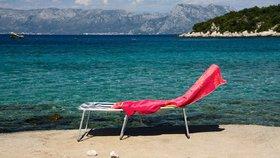 Za pronájem lehátka si někteří podnikatelé na chorvatských plážích účtují i desítky eur.