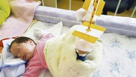 Lilianka má kvůli zlomenině zavěšené obě nohy.