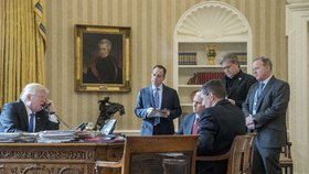Americký prezident Donald Trump a jeho poradci, mezi kterými je i Steve Bannon.