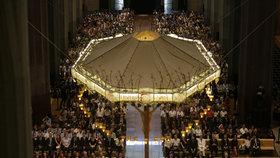 V barcelonské katedrále začala mše za oběti atentátů.