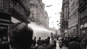 Rozhánění demonstrace v centru Brna 21. srpna 1969