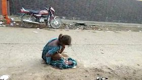 Teprve sedmnáctiletá dívka musela rodit na ulici poté, co ji opustil přítel a odmítli ji proto pustit do nemocnice.