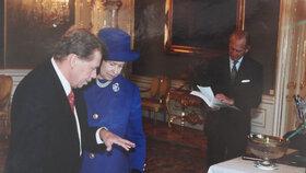 Královna Alžběta II. na návštěvě Prahy v roce 1996. Přespávala v té době v Lichtenštejnském paláci. Na snímku s prezidentem Václavem Havlem.