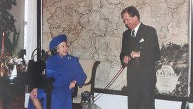 Královna Alžběta II. na návštěvě Prahy v roce 1996. Přespávala v té době v Lichtenštejnském paláci. Na snímku s prezidentem Václavem Havlem a jeho fenou Ďulou.