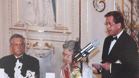 Královna Alžběta II. na návštěvě Prahy v roce 1996. Přespávala v té době v Lichtenštejnském paláci. Na snímku s prezidentem Václavem Havlem a premiérem Václavem Klausem.