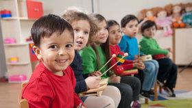 Děti vychovávané dvojjazyčně začínají mluvit často později, rovnou však ve dvou jazycích.