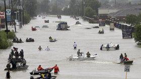 Bouře Harvey zasáhla Texas. Ulice Houstonu se proměnily v řeky.