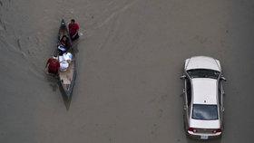 Na americký Texas udeřil Harvey. Z hurikánu se postupně stala tropická bouře doprovázená záplavami.