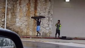 Rabování v zaplaveném Houstonu. Několik kriminálníků zachytil kolemjdoucí na video.
