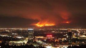 Los Angeles zachvátil zničující požár.