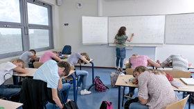 Začátek školy v 9 hodin ráno by podle odborníků studentům prospěl