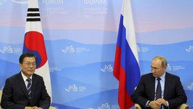 Vladimir Putin se ve Vladivostoku sešel s jihokorejským prezidentem Mun Če-inem.