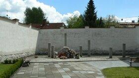 Na místě poprav ve vězeňském dvoře je dnes pomník