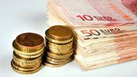 Záhadná osoba nechává lidem u dveří obálky plné bankovek eura.