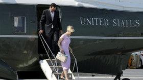 Ministr financí Steven Mnuchin chtěl na líbánky letět s tryskáčem Air Force.