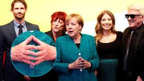 Angela Merkelová se svým tradičním gestem a podporovateli