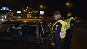 Neukázněnou řidičku naháněli policisté na Smíchově: Cestu jí zatarasil až vůz v protisměru