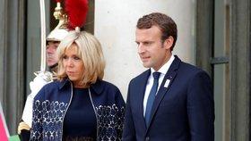 Krátkými šaty je první dáma Francie Brigitte Macronová pověstná. Její věk, 64 let, by jí hádal málokdo.