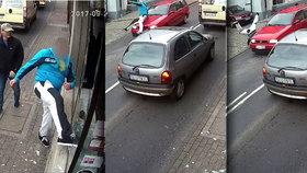Spravedlnost v přímém přenosu: Vandal rozbil výlohu, při útěku ho srazilo auto