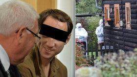 Muž, který se přiznal k masakru v Doubici, se u soudu usmíval. Na pravém oku má monokl.