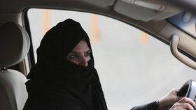 Ženy v Saúdské Arábii dostaly povolení řídit auto.
