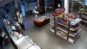 Lupič s nožem v ruce přepadl benzinku. Pumpař si ho nevšímal a četl noviny, tak odešel s nepořízenou