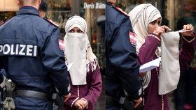Žena musela po zásahu policistů šátek sundat.