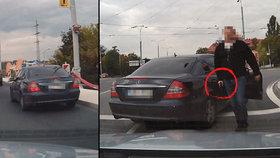 Drama v Plzni: Tajní policisté vytáhli bouchačku na řidiče, protože na ně zablikal.