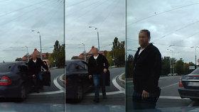 Za zády měl policista se zbraní kolegu, údajně šéfa plzeňské zásahovky.