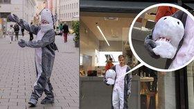 Muž v Rakousku dostal pokutu za kostým žraloka. Zakrýval mu obličej.