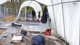 Archeologové odkryli na místě vyhořelého kostela v Gutech kosti, rakve i keramiku.