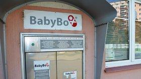 V tomto babyboxu Krnovské nemocnice byla nalezena čerstvě narozená holčička s dopisem od maminky.