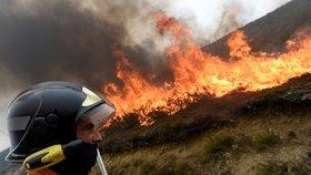 Portugalská vláda pod palbou kritiků vyhlásila národní smutek: Při požárech zemřelo nejméně 45 lidí.