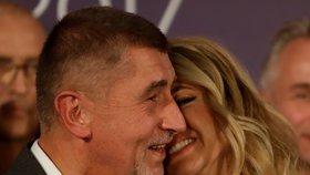 Andrej Babiš s manželkou Monikou při vítězném proslovu po volbách 2017