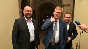 Zástupci KDU-ČSL zleva Jan Bartošek, Pavel Bělobrádek a Marian Jurečka hovoří s novináři při odchodu z Poslanecké sněmovny.
